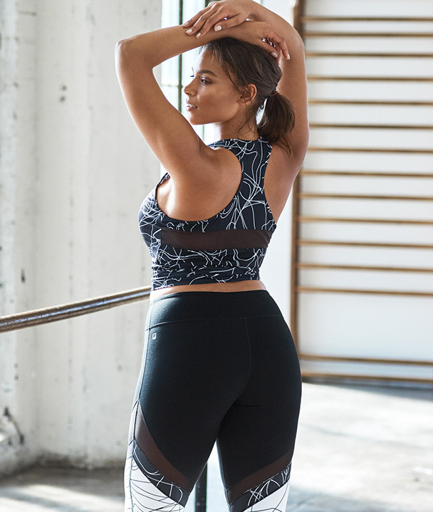 Plus Size Model trägt Fabletics.
